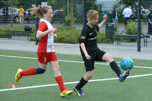 TuS U13-Juniorinnen im Spiel gegen SC Werden-Heidhausen. - Fotos: mal.