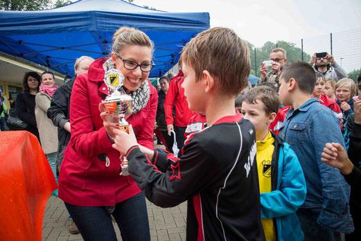 Pokalübergabe - hier an die TuS F2-Jugend - durch Julia Jankovic, Ratsfrau der SPD. - (Foto: r.f.).