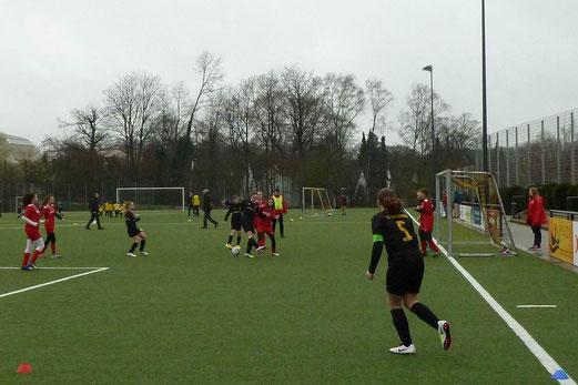 TuS U13 Mädchen im Spiel gegen den TuSEM. - Fotos: mal.