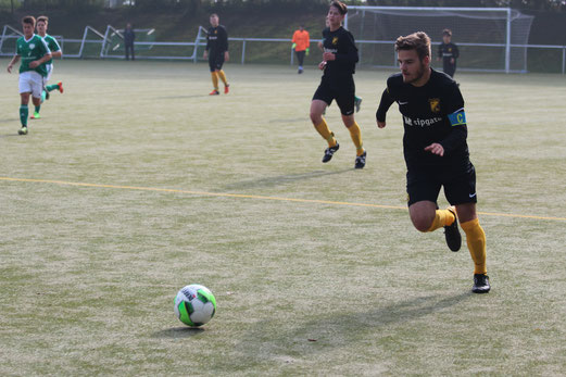 TuS A-Jugend im Spiel bei Adler Union Frintrop. - Fotos: abo.