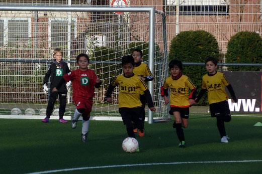TuS F4-Jugend im Heimspiel gegen Adler Union Frintrop F7. - Fotos: mal.