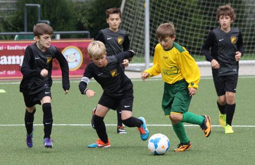 TuS D2-Jugend im Heimspiel gegen die D2 des FC Karnap. - Fotos: p.d.