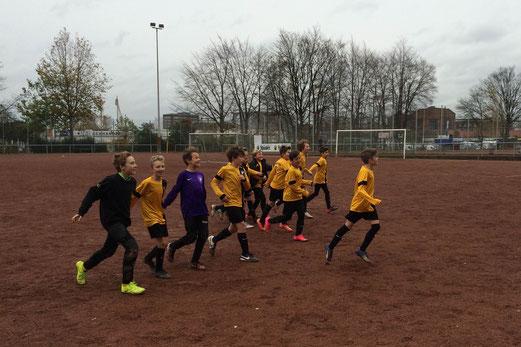TuS D2-Jugend nach dem Auswärtsspiel bei Tgd.Essen-West an der Haedenkampstraße. - Foto: p.d.