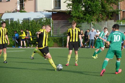 TuS A-Jugend im Leistungsklassen - Qualifikationsspiel gegen den FC Karnap. - Fotos: mal.