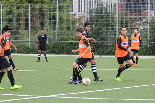 TuS B-Jugend im Heimspiel gegen den ESC Preußen. - Fotos: abo.