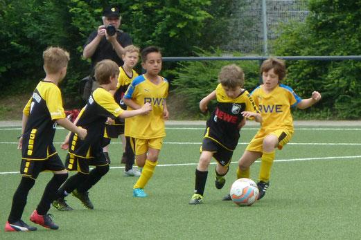 TuS F2-Jugend im Spiel gegen die F4 von ESG 99/06. - Foto: mal.