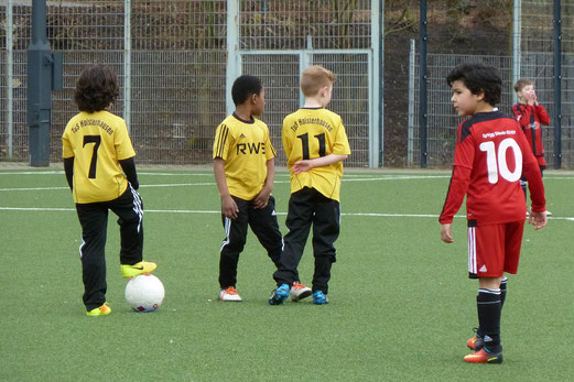 TuS F3-Jugend im Spiel gegen die F2 der SpVgg. Steele 03/09. - Fotos: mal.