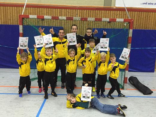 Die stolzen Trainer mit dem besten Team des Bambini-Turniers am Lührmannwald. - Foto: kaba.