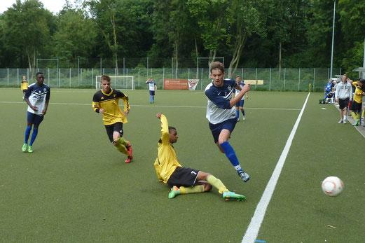 TuS A-Jugend im Spiel beim VfB Frohnhausen. - Fotos: mal.