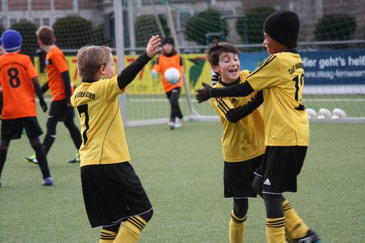TuS E2-Jugend im Nachholspiel gegen die E4 der SG Schönebeck an der Pelmanstraße. - Foto: o.k.