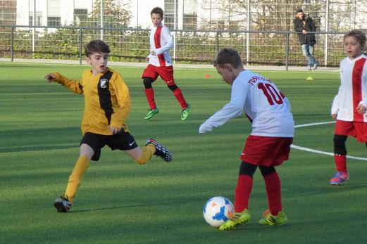 TuS E1-Jugend im Heimspiel gegen die E3 des TuSEM. - Foto: mal.