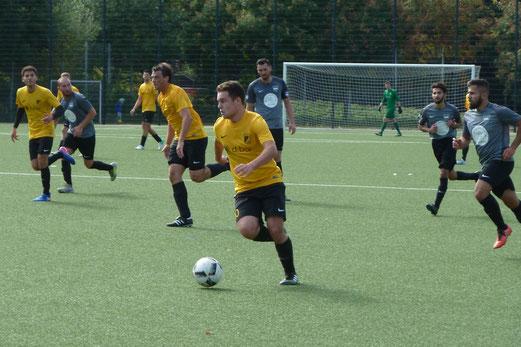 TuS Zweite Mannschaft im Spiel gegen die Zweite des SC Türkiyemspor. - Fotos: mal (1-7), a.s. (8-9).