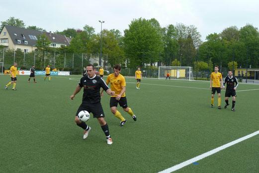 TuS Zweite Mannschaft im Spiel gegen die Zweite Mannschaft des SC Frintrop. - Fotos: mal.