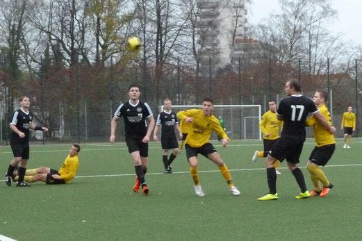 TuS Zweite Mannschaft im Spiel gegen SG Schönebeck IV. - Fotos: mal.