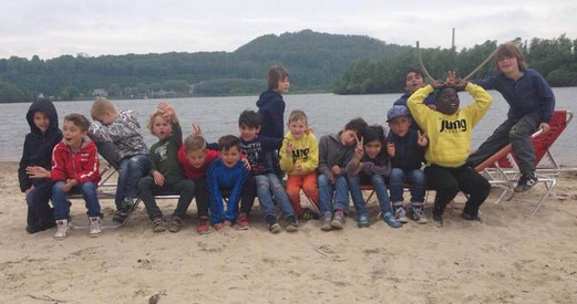 TuS F2-Jugend auf Mannschaftsfahrt, angekommen an der Maas. - Foto: bb.