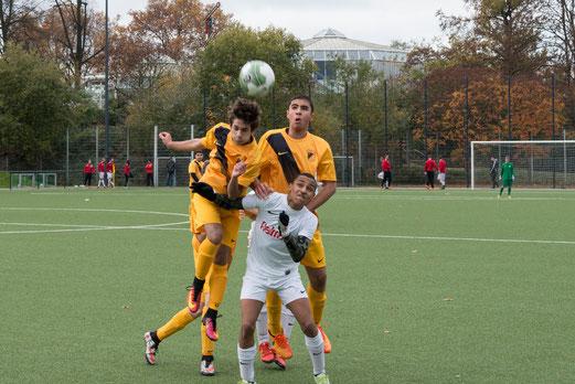 TuS B-Jugend im Spiel gegen die B2 der SpVgg. Steele 03/09. - Fotos: r.f.