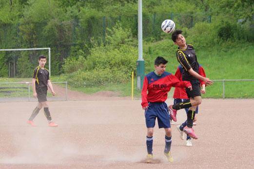 TuS B2-Jugend im Spiel bei Sportfreunde Katernberg. - Fotos: abo.