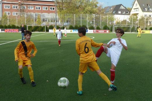 TuS C1-Jugend im Spiel gegen die C2 des TuS Hattingen. - Fotos: mal.