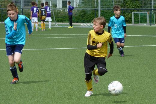 TuS E2-Jugend im Heimspiel gegen die E3 des Vogelheimer SV. - Fotos: mal.