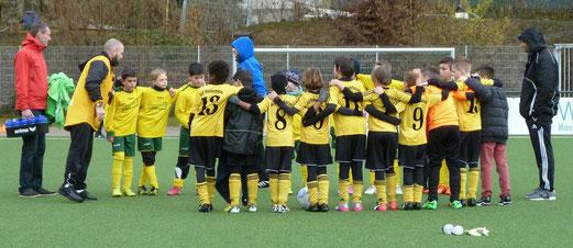 Nach dem Abpfiff: TuS E2-Jugend und die E3 des FC Karnap. - Foto: mal.