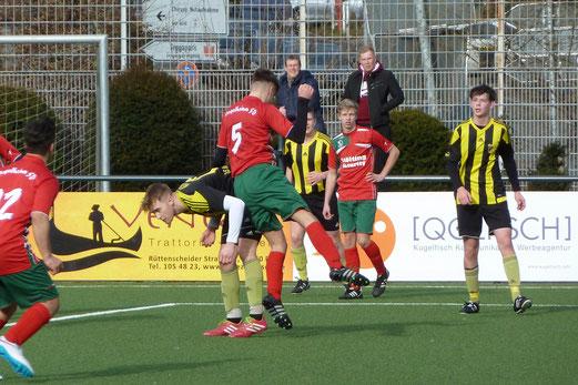 TuS A-Jugend im Spiel gegen den Vogelheimer SV. - Fotos (1-6): mal.