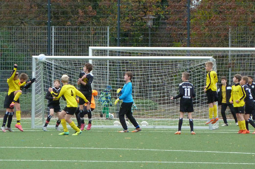 TuS D1-Jugend im Kreispokal-Halbfinale gegen Adler Union Frintrop. - Fotos: s.v.g. (oben), mal (unten).