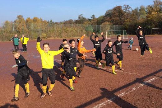 TuS E1-Jugend nach ihrem Auswärtssieg bei Sportfreunde Katernberg. - Foto: a.k.