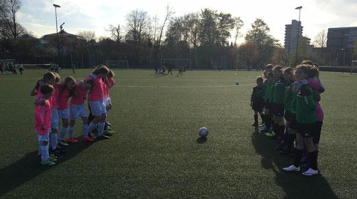 TuS U13 Juniorinnen im Freundschaftsspiel gegen die U12 der SpVgg. Schonnebeck. - Fotos: cbra.