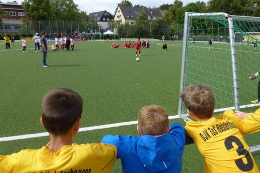 Endspiel des E1-Turniers: Achtmeterschießen zwischen TuSEM und SpVgg. Steele 03/09 (5:4). - (Foto: mal).