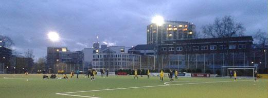 TuS U13-Juniorinnen im Abendspiel gegen Sportfreunde Niederwenigern. - Fotos: mal
