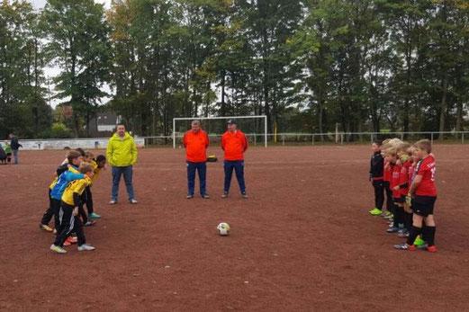 TuS F1-Jugend im Freundschaftsspiel beim SC Schaffrath in Gelsenkirchen. - Foto: mawe.