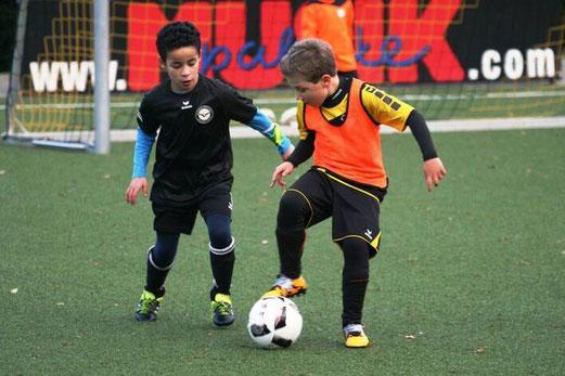 TuS F2-Jugend im Spiel gegen die F2 des ESC Preußen. - Fotos: mage.