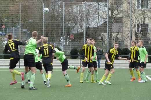 TuS A-Jugend im Heimspiel gegen Tabellenführer Adler Union Frintrop. - Fotos: mal.