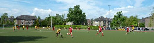 TuS Zweite Mannschaft im Auswärtsspiel am Fibelweg. - Fotos: mal.