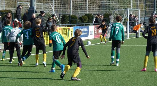 TuS E1-Jugend im Heimspiel gegen den FC Stoppenberg. - Fotos: mal.