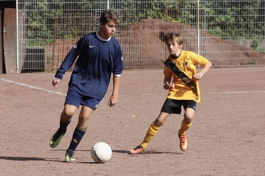 TuS c1 im Spiel bei Fortuna Bredeney, das auf dem Nebenplatz am Uhlenkrug ausgetragen wurde. - Fotos: pad.