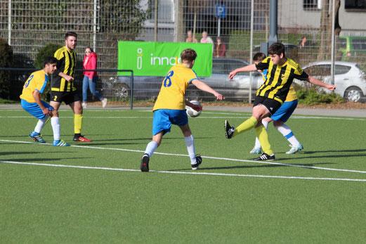 TuS A-Jugend im Spiel gegen ESG 99/06. - Fotos: abo.
