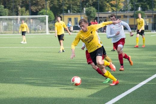 TuS Zweite Mannschaft im Heimspiel gegen TuSEM 3. - Fotos: r.f.