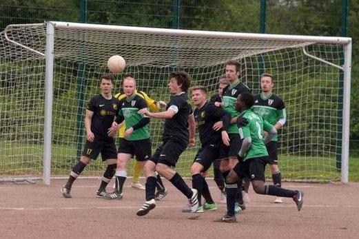 TuS Zweite Mannschaft im Spiel bei SuS Haarzopf II. - Fotos: a.s.