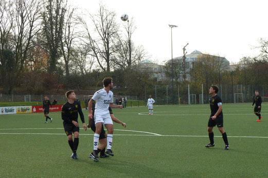 TuS Zweite Mannschaft im Spiel gegen Adler Union Frintrop 3. - Fotos: mal.