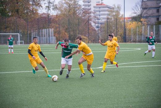 TuS Erste Mannschaft im Spiel gegen den Vogelheimer SV. - Fotos: a.s.