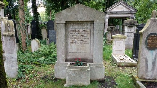 Während unseres Projekts Andenkenpflege auf dem Neuen Israelitischen Friedhof in München sind wir auch auf das Grab von Hugo Fränkel und seinen Eltern gestoßen. Nach unseren Arbeiten ist es wieder möglich seinen Namen zu lesen.