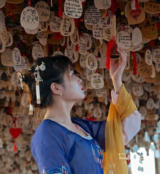 """Meine Höhepunkte in Gansu Das  buddhistische Kloster in Labrang Die buddhistischen Grotten von Mogao Die Oasenstadt Dunhuang mit dem berühmten Mondsichelsee Helikopterrundflug über die Oase Dunhuang Die spektakuläre """"Silk Road Show"""" in Dunhuang Die deutsc"""