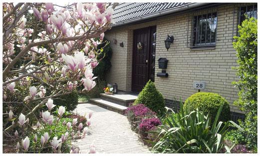 Unser Haus mit Vorgarten