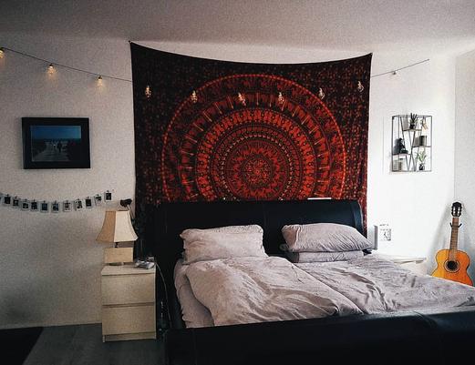 Schlafzimmer mit rotem Mandala Wandtuch