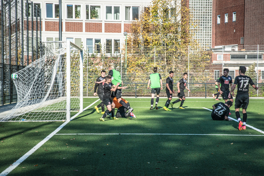 Dritte Mannschaft - mit grünen Leibchen - im Spiel gegen Rot-Weiss Essen 3. - Foto: r.f.
