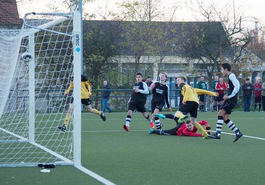 Das 4:2 durch Pierre Münster (2): TuS B1-Jugend im Kreispokal-Halbfinale in Vogelheim. - Foto: r.f.