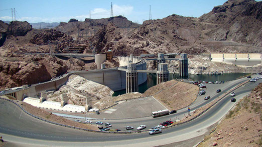 Der Hoover Dam befindet sich auf der Grenze zwischen den Bundesstaaten Arizona und Nevada, ca.50km vor Las Vegas. Gebaut zwischen 1931 und 1935. Höhe 220 Meter. Grösste Breite von 14 Metern. Es ist der grösste Stausse der U.S.A.