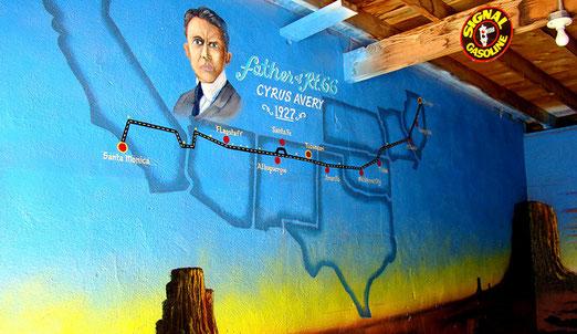 Bemalten Garagenboxen m Blue Swallow-Motel in Tucumcari: Hier die Box von Cyrus Avery. Im Jahre 1927 der eigentliche Begründer der Route 66.