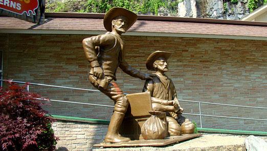 Frank und Jesse James erwarten die Besucher des  Höhlensystems (Caverns) in Stanton (Missouri)